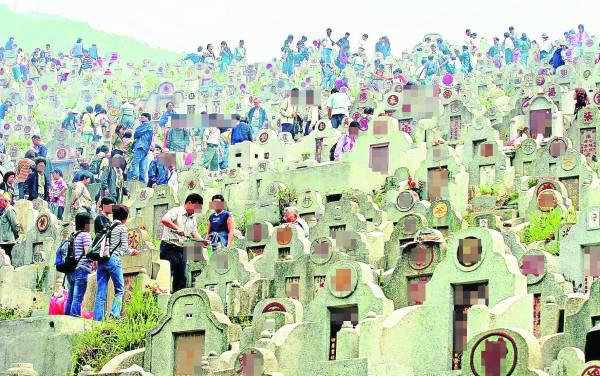 清明节悼念及孝敬祖先是已经流传数千年的民间信仰,也是华人显示忠孝的日子。