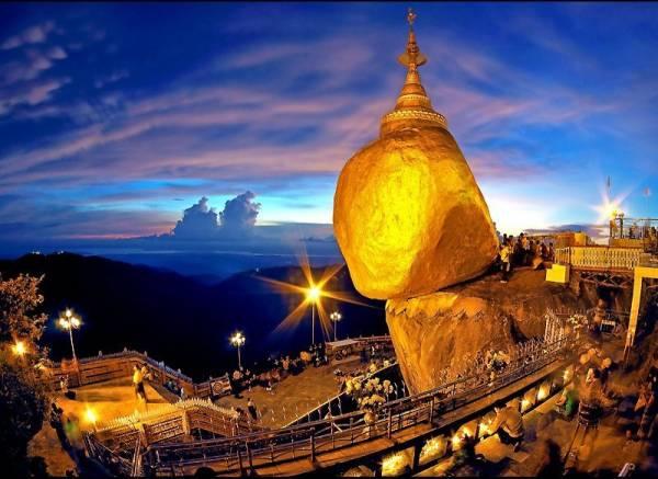 """最近,我国人民争涌朝拜缅甸的孟邦大金石。据悉,大金石耸立在悬崖边逾千年不倒,乃是因为金石地下有""""佛发""""坐镇所致,所以来过这里拜过金石3次的人,回去后则可穷变富!"""