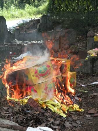 """清明节,大家忙着到神料店买各种纸扎品焚烧给祖先,希望祖先用得开心。但三位名师均表示,""""最重要有心,未必要烧大量纸扎品……"""""""