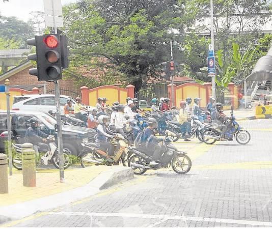 现今抢匪越来越凶悍,连在红绿灯停车也会照样被抢,根本不怕警察。
