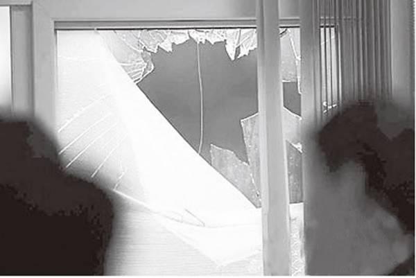 现今的匪徒简直无法无天,砸玻璃窗造成巨大的声响也不怕,当警察没到!