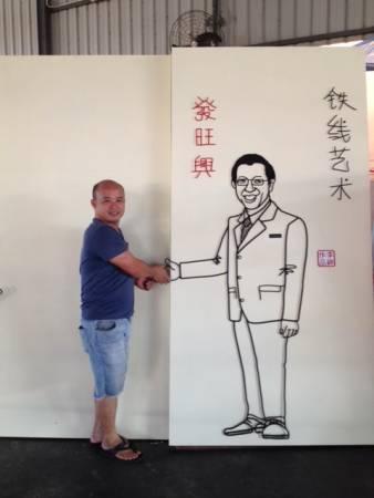 """彩绘壁画铁线艺术达人李祥""""与首长林冠英握手""""。"""