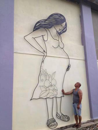 """北马最高铁线艺术壁画—""""我爱妈妈,妈妈也爱你"""",相等于两层楼的高度。"""