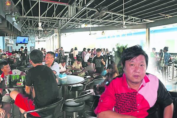 拿督刘锦东(小图)表示,酒廊开业后,反应热烈,来自各国的石化厂职员,在晚间也有个娱乐好去处。