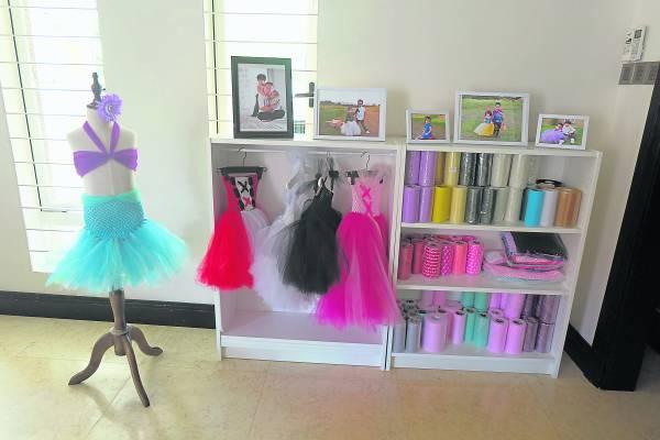 看似简单、单调的材料是梁依娣缝制公主蓬蓬裙的主要用料。