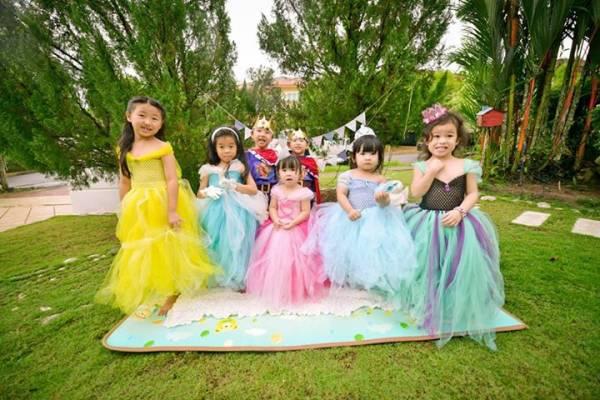 梁依娣运用了不同材质的薄纱,缝纫出不同效果的蓬蓬公主裙,让孩子们穿了也舒服。