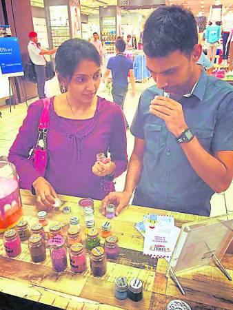 顾客可依照自己喜欢的味道,自行调配香薰蜡粉。