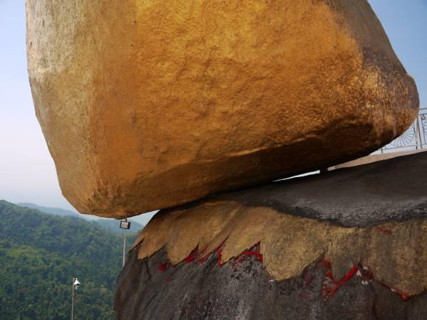 """著名旅游书Lonely Planet曾把大金石当作封面,引来全球关注。打量石头底部,发现大金石与底座的接触就那么一点点,真的很""""悬""""。"""