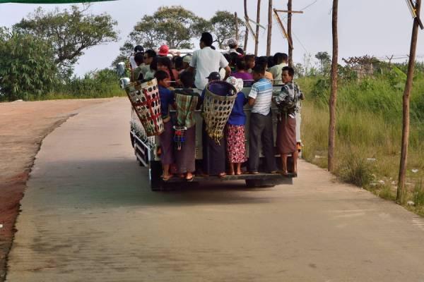 登山卡车犹如云霄飞车,游客们像沙丁鱼般挤在一起,随司机狂飙上山。