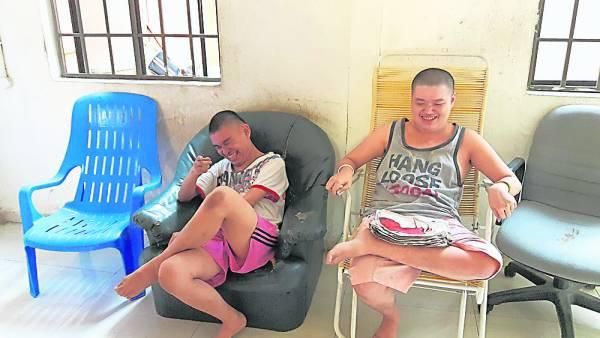 Leslie(右) 和Winson(左)这两兄弟是先天迟钝儿,由于公公婆婆老迈无法继续照顾孙儿,就安排他们入住善心残障儿童福利中心。