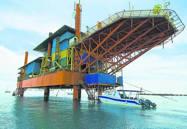 这可不是油船!这是由油船改造的Seaventures Dive Resort潜水度假村,也是许多人争着居住的旅舍。