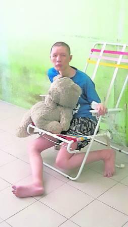 阿东有自虐的倾向,曾经多次伤害自己而入院。为了避免他再度受伤,只好把他安置在椅子上,绑着他的手。