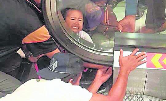 看起来安全的手扶电梯,其实是小孩发生意外的危区。