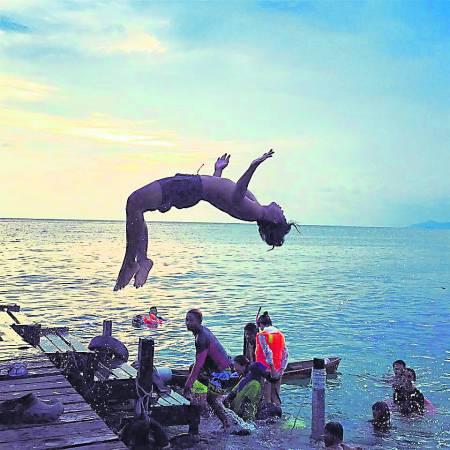 傍晚时分,旅客直接从民宿跳进海里嬉水。