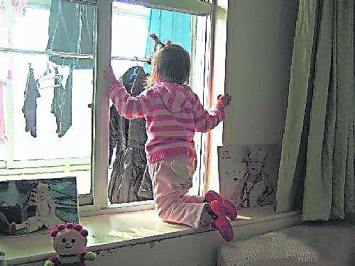 家里危险物多,只要小孩在家,做父母的一定要看顾妥当!