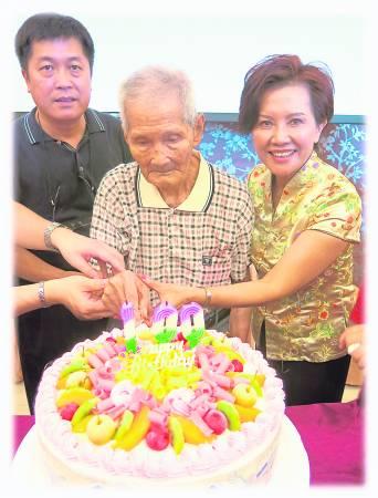 廖桂萫的父亲(中间)在86岁那年吃了人生中的第一颗绿藻,直至101岁才安详逝世,更让廖女士加强推广绿藻保健的重要性。
