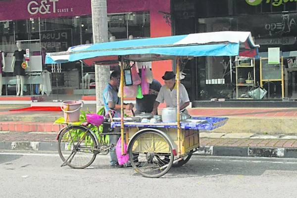 踩三轮车踩过半世纪的陈亚明,在大街小巷都留下足迹。
