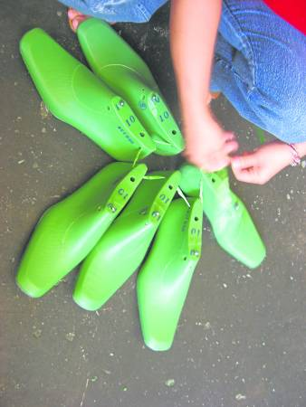 出货前,工人会把相同编号的鞋楦绑在一起避免混淆。