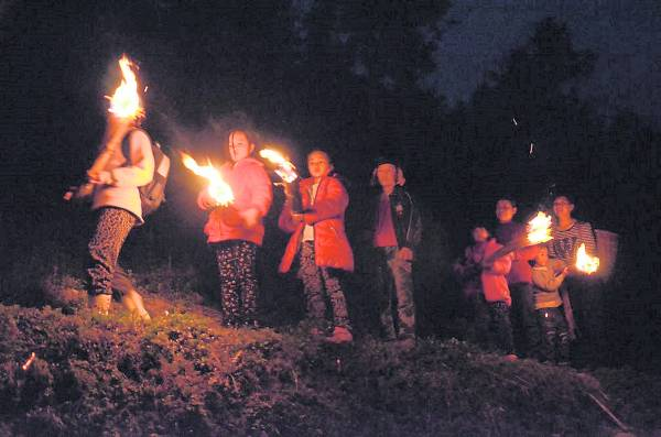 孩子打着火把上学,渴望走出大山的难辛求学路。