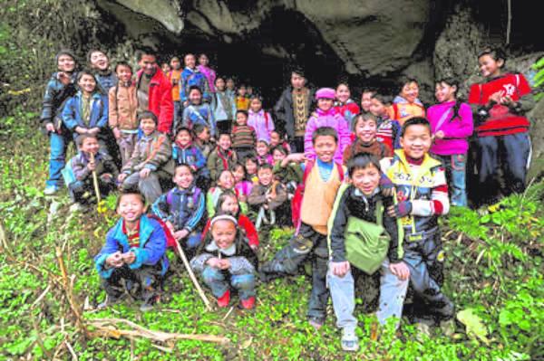 40余名孩子在山洞前让记者拍照,今后长大了,不忘这山这洞和这段上学路。