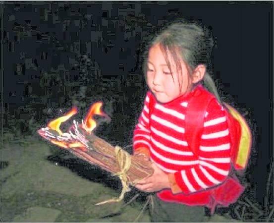 手上的火把,点燃心中的火,在黑暗中引领小姚踏上求学路。