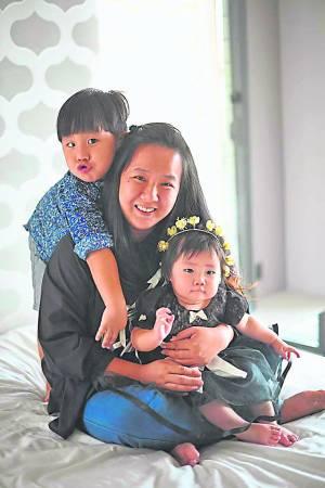 梁依娣自孩子出生后,便转为全职家庭主妇。