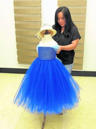 不懂使用缝纫机的梁依娣,依然有办法运用Tutu蓬蓬纱裙缝制衣服。