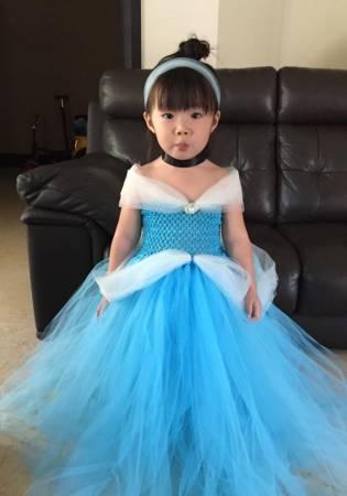 梁依娣就将公主梦延续到女儿身上。