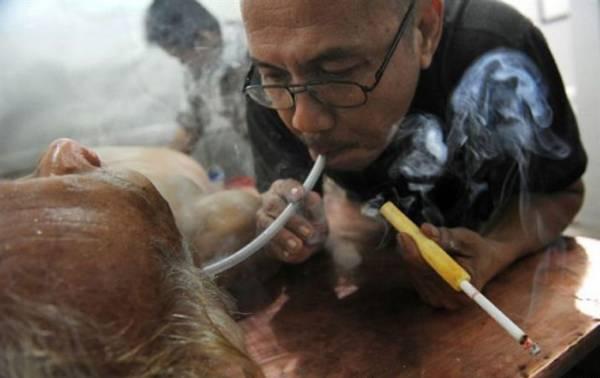 另类疗法:治疗师把烟雾吹进病患的耳朵里,有人说这种治疗法根本是大忽悠。