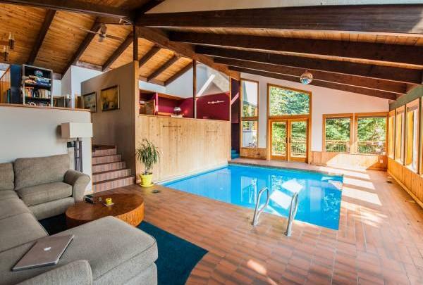 游泳,有助一个人身心健康,但若要把游泳池建在家中央,虽可健体但也犯了风水大忌,吴道长劝须三思。