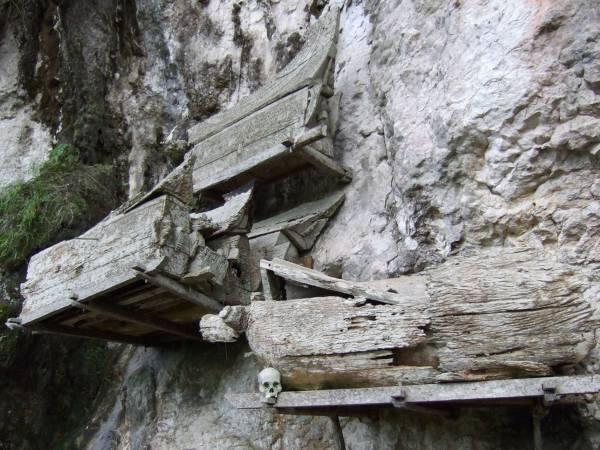 山壁棺木:挂在山壁的棺木,是山村人的其中一种殡葬习俗。