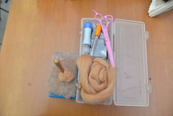 在开始制作公仔时,必需先准备羊毛、刷毛粘、刺针等,缺一不可。
