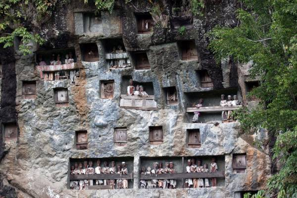 死者木偶:一排排人偶,乍看还以为是游乐园,却是当地人极为尊敬的墓洞。墓洞里摆放着木雕人偶,每个人偶代表一个往生者。