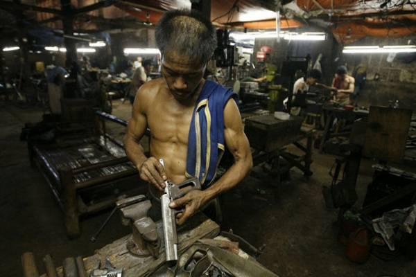 造枪工厂:位于宿雾市的手工造枪厂,靠百年手艺制造各种枪械,是黑枪市场的主要来源,每个工匠有自己的工作台,各自制造客户所要的火枪。