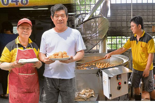 蔡观送夫妇俩制作的豆腐在劳勿是远近驰名的。