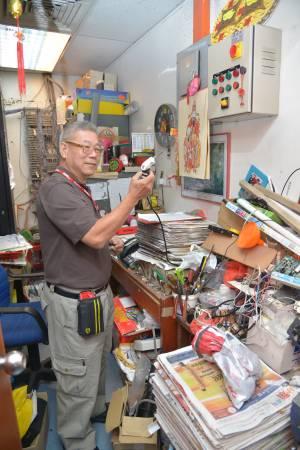 小小的工作室,堆满了各种零件,随时当「电器救世主」!