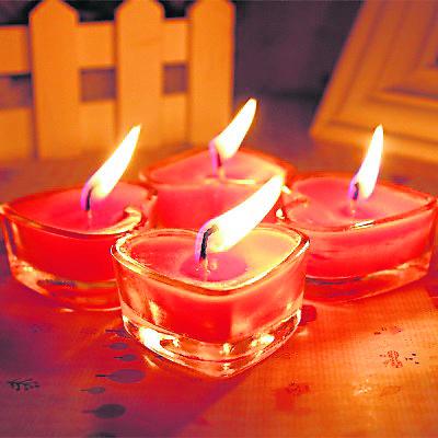 """剪下喜帖上的""""喜""""字后排成心形,放进盛满玫瑰花茶的红色瓶后,选个吉日放在桃花位,并点燃九个红色心形蜡烛便有助招姻缘。"""