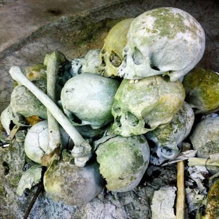 禁止触摸:山洞外,摆放着很多骷髅和骨骸,参观时不要乱碰。