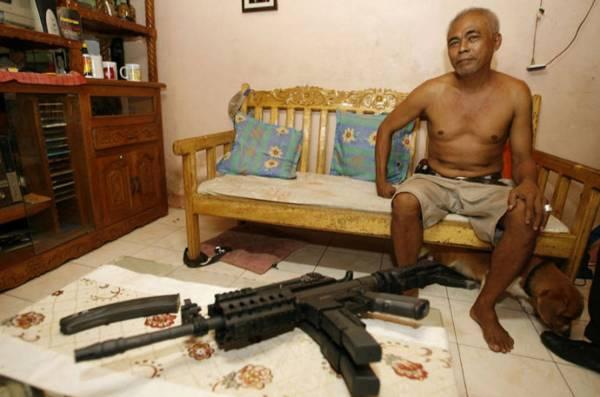 人人有枪:非常类似M - 16的自动步枪,就这样放在家里。