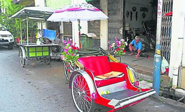 朱友春制作的三轮车美观实用。