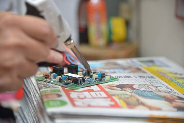 从简单的更换灯管,到复杂的电板维修,一一都难不倒他。