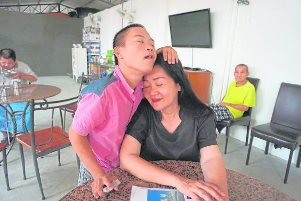 叶丽娟女士与鸿仔感情深厚,无时无刻都有温馨互动。