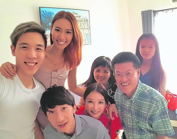 陈祈福(前排右一)出钱出力帮助Stephanie圆梦。