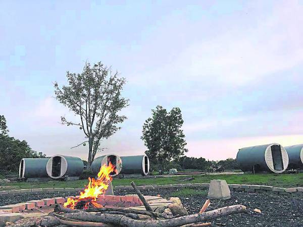 傍晚时分,旅人还可自造火营,仿佛回到中学时期,唱唱跳跳的度过夜晚。