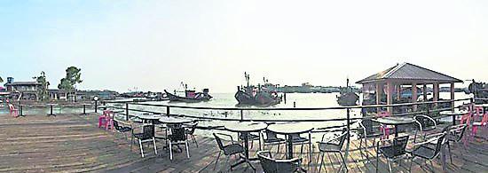 这里有许多海鲜餐馆,每一家都有不同招牌菜任君挑选,尤其是傍晚时分一边吃晚餐一边欣赏着晚霞,多惬意啊!