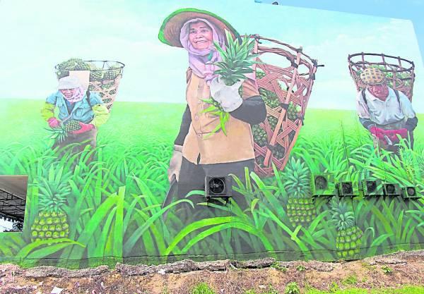 """十二月初宣告""""完笔""""的30尺高大壁画""""骄阳下的黄梨海"""",出自当地名画家蔡文涛手笔。"""