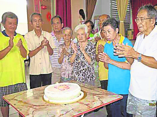 院方为老人庆祝生日,让他们感受温情。