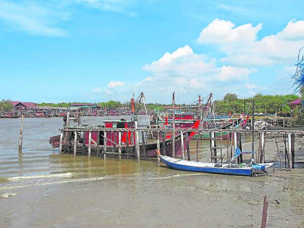 小小的码头,承载着渔村内每一户的生计。