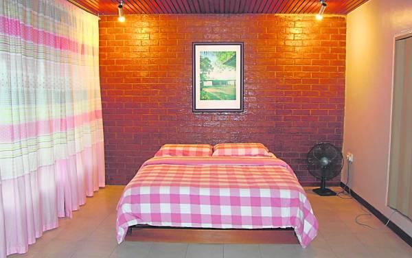 周仪渊将以前住的屋子改造成民宿,屋内还保持了八十年代风味。