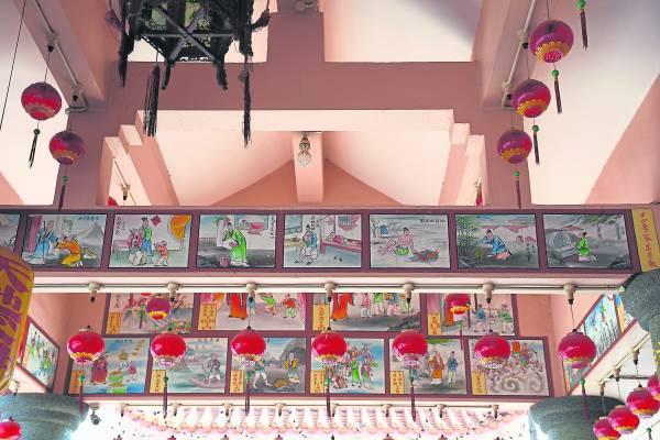 庙内墙壁画满具有中华文化色彩的古老传说故事,教导村民的下一代要饮水思源。